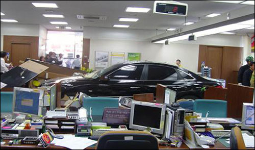 은행으로 돌진한 자동차  급발진으로 추정되는 그랜저 TG승용차가 2010년 11월 10일 익산시 영등동 국민은행 점포로 돌진해 8명이 부상했다.