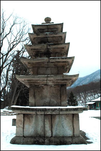 오층석탑 부여군 외산면 만수리 무량사 경내에 자리하고 있는 오층석탑