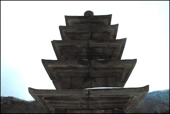 상단 석탑의 상단부분. 처마끝이 날렵해 기억에 남는다