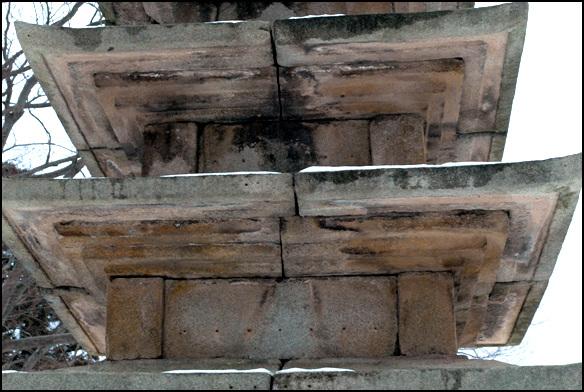 몸돌 몸돌보다 지붕을 덮고 있는 옥개석의 비례가 큰 것이 오히려 안정감이 있게 한다