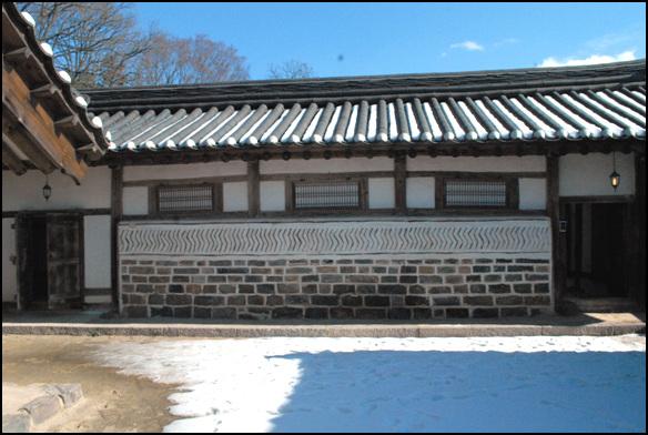 서쪽 담장 서쪽 담장을 보면 돌과 기와로 문양을 내었다. 중문채와 안채는 두개의 일각문으로 연결이 된다