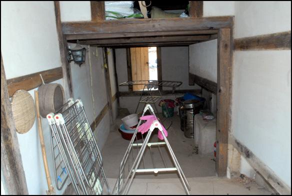 한데 부엌 안채의 서쪽에는 연결부분에 한데부엌이 있다. 문이 있었던 것으로 보인다.