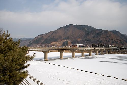 하얀 눈으로 뒤덮힌 조양강과 강을 가로지르는 정선제2교