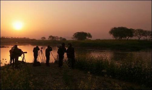 아침 일출을 찍기 위해 동섬을 찾은 많은 사진 작가들입니다. 국토해양부가 영산강의 미래로 제시한 버드나무 일출이 바로 이곳입니다. 4대강 사업 후의 미래가 아니라 이미 이렇게 아름다운 영산강입니다.
