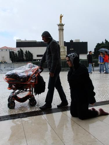 무릎을 꿇고 기도하는 여인 2