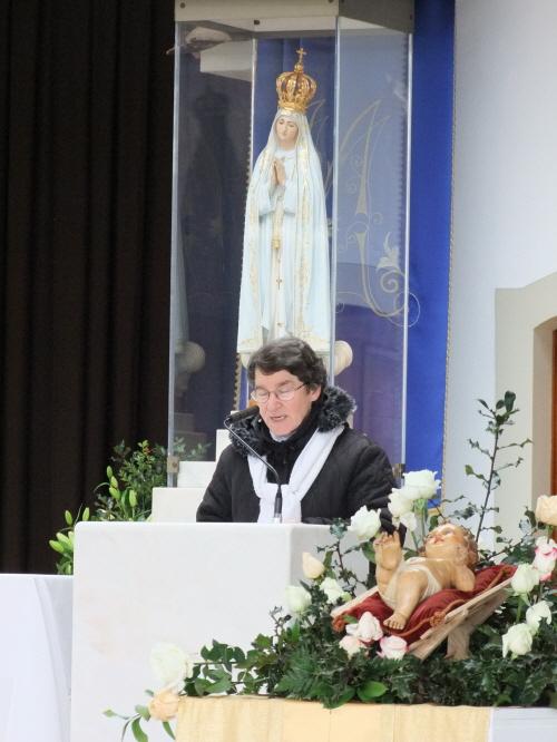 성모발현 소성당에서 기도를 드리는 수녀