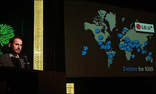 트위터 공동창업자 에반 윌리엄스가 19일 오전 서울 중구 장충동 반얀트리 클럽 앤 스파 서울에서 열린 기자회견에서 트위터 한국어 서비스와 LG유플러스와 제휴해 문자메시지(SMS)로 트위터를 이용하는 방안 등에 대해 이야기 하고 있다.