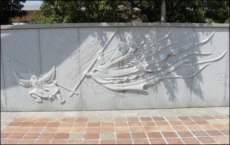 새로 둔갑한 석탈해(왼쪽)와 김수로가 대결을 벌이는 장면으로서 <가락국기> 신화를 형상화한 것이다. 사진은 국립김해박물관 맞은편의 벽화.
