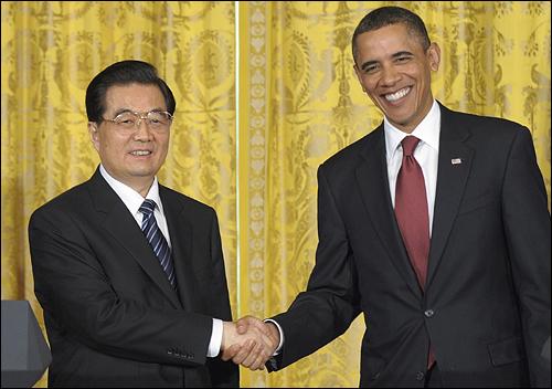 후진타오 중국 국가주석과 버락 오바마 미 대통령이 미중 정상 기자회견을 열며 환하게 웃고 있다.