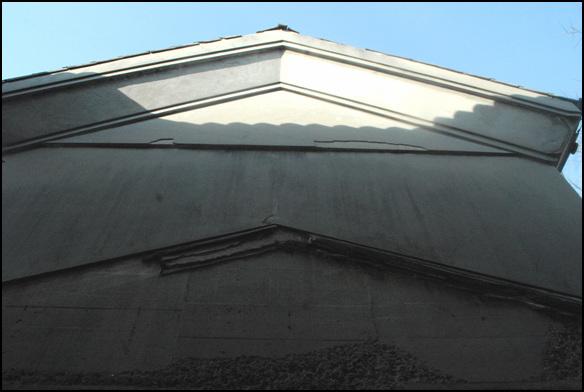 외벽 금고 문은 이중으로 건물이 있었던 듯하다, 금고 문 위에 건물을 잇대어 지은 흔적이 있다