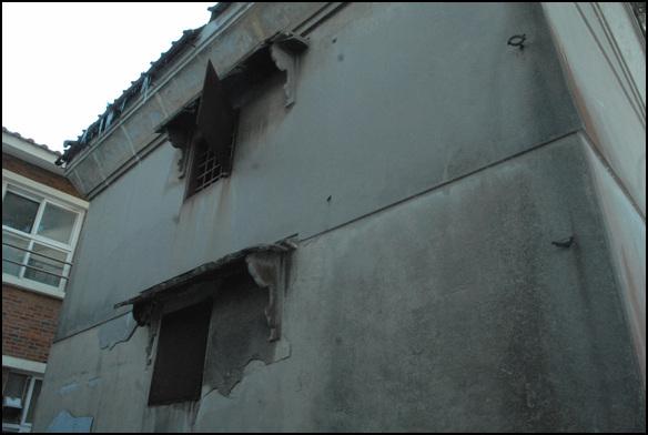 이중문 외벽에는 좌우에 작은 문이 하나 씩 있을 뿐이다.