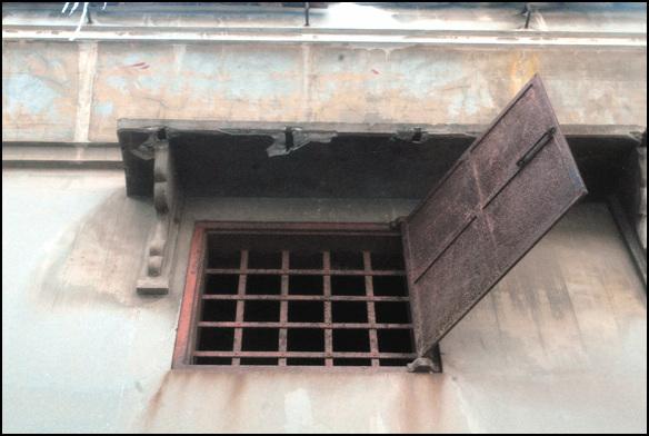 이중장치 안에는 쇠창살이, 밖으로는 철제문을 달아 이중으로 보안장치를 했다