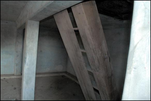 계단 1층에서 2층으로 오르는 계단