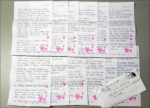 2008년 저작권법 위반으로 구속됐던 당시 문용식 대표가 회사 임직원과 가족에게 보낸 편지들. 문 대표는 책에서 일상적으로 직원 부모님 생신 때마다 '축하 카드'를 직접 써 보낸다고 소개했다