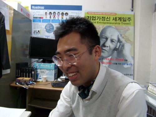 송정현씨 사무실에서 도전하는 기업가정신 세계일주 첫 여행을 마치고 돌아온 송정현씨.