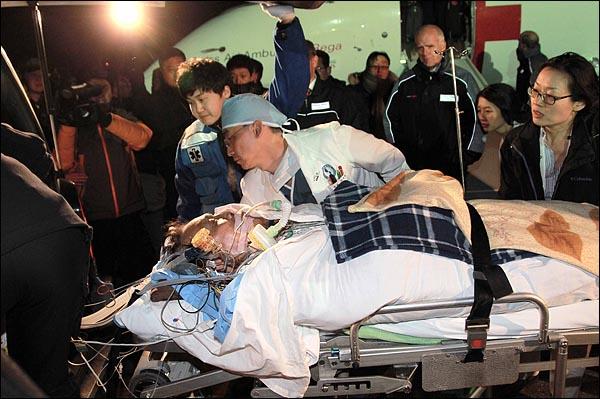 '아덴만 여명'작전 당시 총상을 입은 석해균 삼호주얼리호 선장을 태운 환자 이송 전용기가 29일 밤 경기도 성남 서울공항에 도착한 가운데 석 선장이 수원 아주대병원으로 이송되기 위해 구급차량으로 옮겨지고 있다.