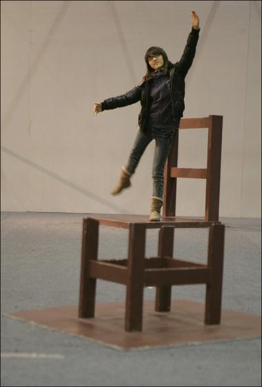 큰 의자에서 발레 포즈를 하고 있어요^^ 인형같나요??