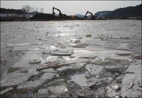 공주 금강보 근처 얼음이 꽁꽁 언 강에 포클레인들이 연신 강 바닥을 파내고 있습니다. 이 추운 겨울 강을 파지 않으면 나라가 망하기라도 하는 것일까요?