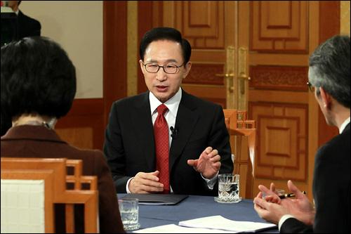 이명박 대통령이 1일 오전 청와대에서 2011 신년방송좌담회-대통령과의 대화를 생방송으로 갖고 있다.