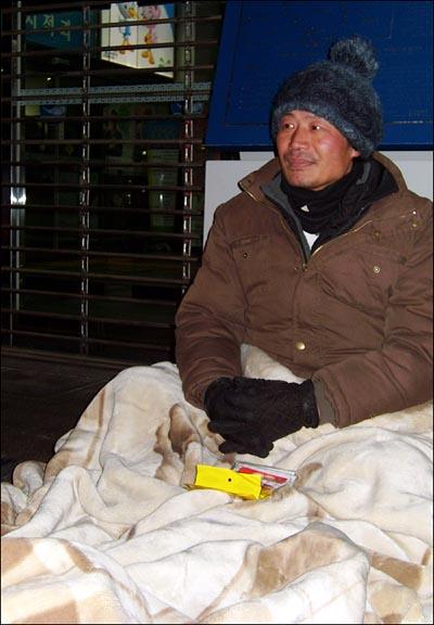단식농성자 변외성 씨 지난달 31일 동작구청 로비 앞에서, 변외성씨가 단식농성을 벌이고 있다. 변씨는 이날로 단식 및 노숙농성 19일째를 맞았다.