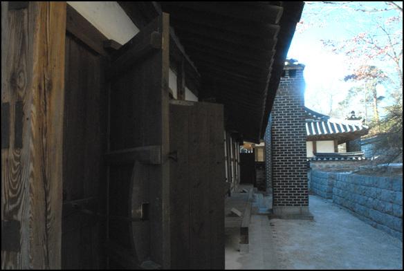 뒤뜰 산의 비탈진 곳을 이용해 건물을 앉힌 선교장