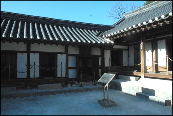 안채 1703년 이내번이 지었다는 선교장의 안채. 가장 먼저 지어진 집이다