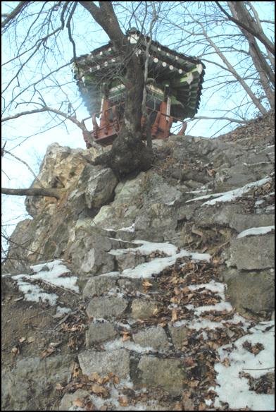 백인대 계단은 거의 수직으로 나있다. 눈과 낙엽이 쌓여 위험하다