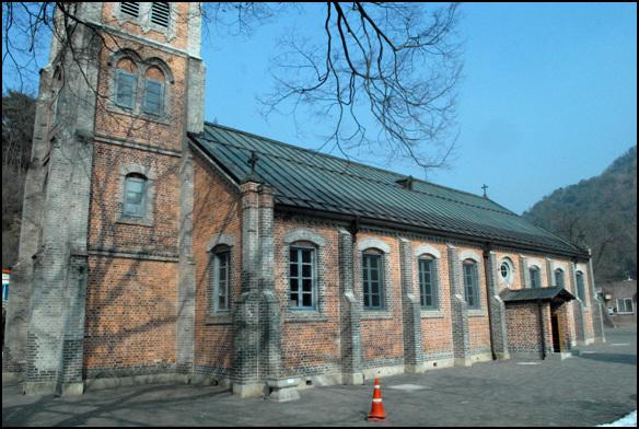 측면 강원도에서 고딕양식으로 가장 먼저 세운 건물이기도 하지만, 중국인 기술자들이 참여를 한 최초의 성당이다