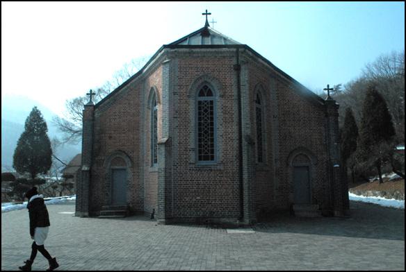 후면 천주교 박해를 피해 모여든 천주교 신자들이 세운 성당이다