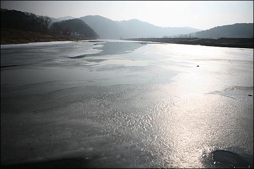 . 강물이 서서히 녹고 있습니다.