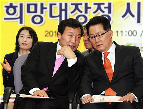 민주당 손학규 대표와 박지원 원내대표가 8일 오전 영등포 당사에서 열린 희망대장정 보고회에 참석해 얘기를 나누고 있다.
