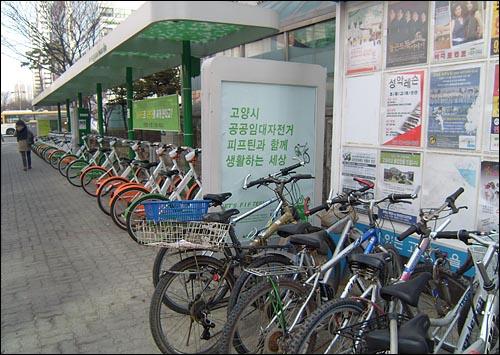 피프틴파크 3호선 주엽역 바로 옆에 위치한 피프틴파크(자전거 거치대) 모습. 우측은 거치된 일반 자전거 혹은 오랫동안 찾아가지 않은 방치 자전거들.