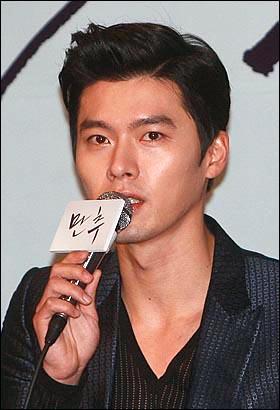 영화배우 현빈이 10일 오전 서울 성동구 왕십리CGV에서 열린 영화 '만추' (감독 김태용) 언론시사회 및 간담회에서 기자들의 질문에 답하고 있다.
