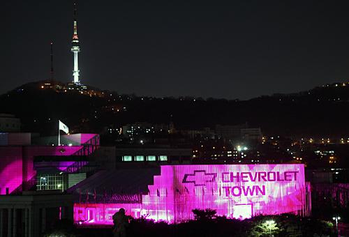 서울 용산 전쟁기념관 평화의 광장에 GM대우에서 만든 '쉐보레 타운'의 야경.