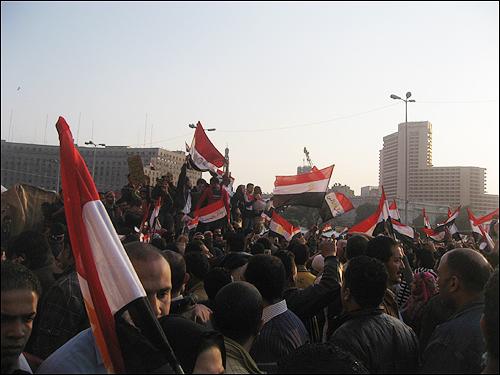 11일(현지 시각) 오후 이집트 수도 카이로의 타흐리르 광장에 모여 '무바라크 퇴진'을 요구하는 시민들.