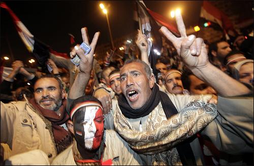 11일 이집트 카이로 타흐리르 광장의 반정부 시위대가 호스니 무바라크 이집트 대통령의 사퇴 소식에 기뻐하고 있다. 오마르 술레이만 부통령은 이날 성명을 통해 지난 30년간 이집트를 통치해 온 무바라크 대통령의 하야를 발표했다.