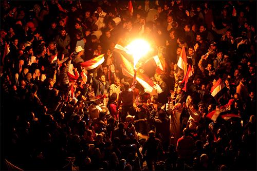 11일 이집크 카이로 타흐리르 광장에서 반정부 시위대가 호스니 무바라크 대통령의 사퇴 소식을 듣고 기뻐하고 있다.
