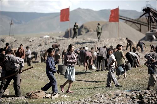 북한이 가장 어려웠던 시기는 내 기억으로 1996년도다. 당시 많은 아사자가 발생했다. 사진은 탈북자의 실화를 다룬 영화 <크로싱>의 한 장면