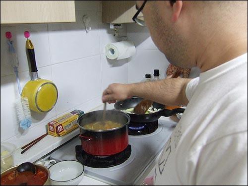 요리하고 잇는 필자의 모습