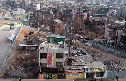 서울 마포구 홍익대 인근 재개발 지역에서 강제철거를 반대하며 농성하고 있는 칼국수집 '두리반' 건물.