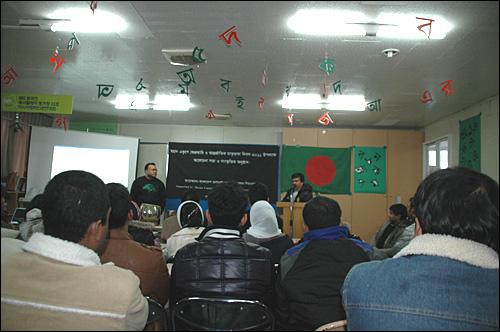 """부산경남 방글라데시공동체는 20일 오후 부산 부전동 소재 '이주민과함께' 교육관에서 """"세계모국어의 날 기념행사""""를 열었다. 교육관 천장에는 방글라데시의 모국어인 '벵골리' 문자가 매달려 있다."""