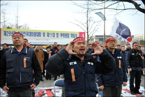 인터뷰 당일 오후 삭발한 김기철 위원장이 구호를 외치고 있다