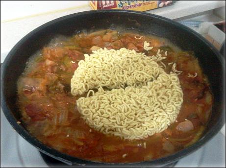 라면 사리를 넣을 때는 스프를 안 넣어도 될 만큼 간을 맞추는 노하우가 필요하다. 이것을 맞출 줄 아는 게 바로 내공이다!