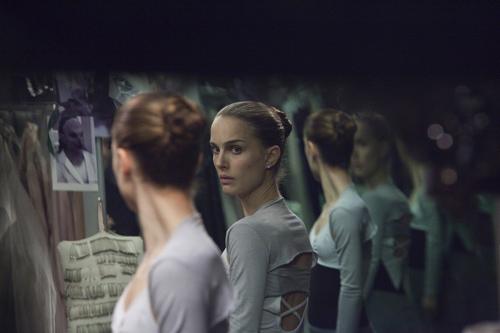 자신의 내면을 투영하는 거울,물등을 통해 빚어지는 공포감이 영화의 압권