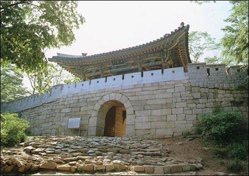북한산성. 백제 초기에 세워진 산성으로 훗날 신라가 차지했다. 조선시대 때 현재의 모습으로 보수되었다.