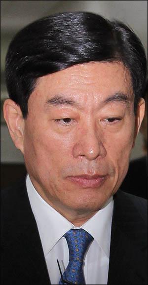 원세훈 국가정보원장이 4일 국회 정보위에 출석하기 위해 회의실로 향하고 있다.