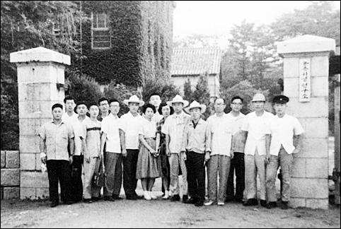 개정 농촌위생연구소 정문에서(60년대 모습으로 '개정병원'으로 불렸습니다.). 뒤쪽 왼편 건물은 개정뇌병원.