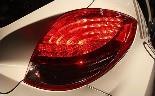 10일 오전 서울 송파구 잠실 종합운동장에서 양승석 현대자동차 사장을 비롯한 회사 관계자, 기자, 애널리스트 등이 참석한 가운데, 현대자동차 신차 '벨로스터' 발표회가 열렸다. 사진은 벨로스터의 후면 LED 리어 콤비램프 모습.