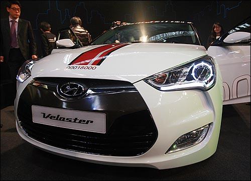 10일 오전 서울 송파구 잠실 종합운동장에서 열린 현대 신차 '벨로스터' 발표회에서 참석자들이 신차를 둘러보고 있다.