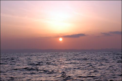일출 큰 바다 수면 바로 위에서 바라보는 일출은 장엄하다. 밑으로 길게 드러누워 있는 섬이 대마도(쓰시마)다.